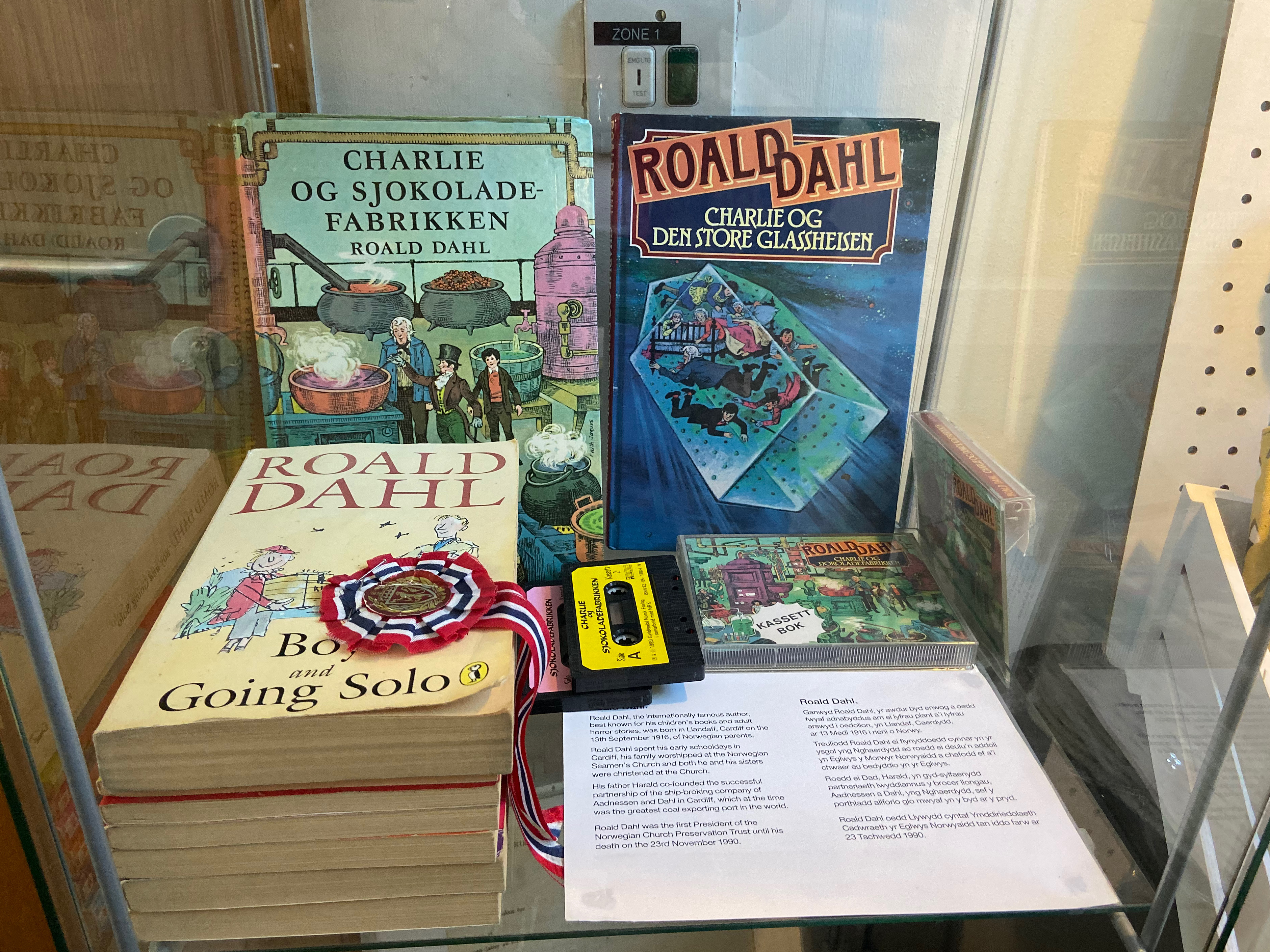 A collection of Roald Dahl's work in both English and Norwegian is displayed in a glass cabinet